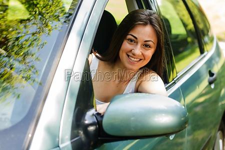 szczesliwa mloda kobieta jazdy samochodem