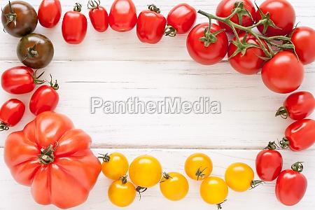 rama wykonana z kolorowych pomidorow