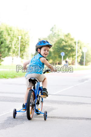 sport sporty kask rowerzysci rower kolarstwo