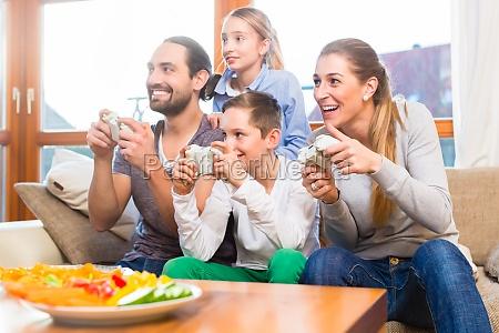 rodzina grajac w gry wideo razem