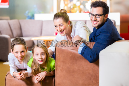 familie kober kaffe i mobelbranchen