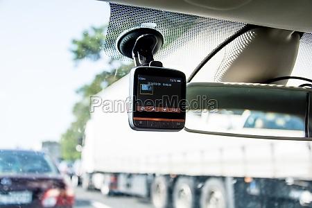 nagrywarki samochodowej zainstalowanej w oknie