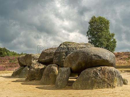 dramatyczne niebo nad megalitycznych kamieniami w