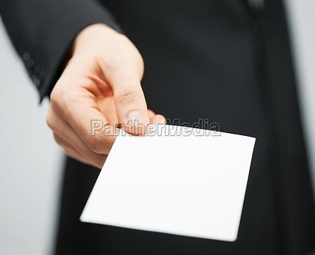 mezczyzna w garniturze posiadania karty kredytowej