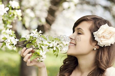 szczęśliwa, młoda, kobieta, ciesząc, się, zapachem - 12110176
