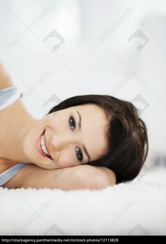 atrakcyjna, i, uśmiechnięta, kobieta, leżąca, na - 12113828