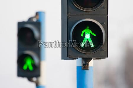 dwa zielone swiatla dla pieszych