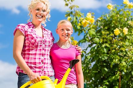 rodzina z ogrodnictwa naprzeciwko ich domu