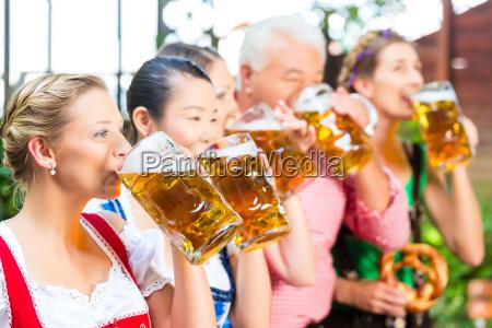 w ogrodku piwnym znajomi pija