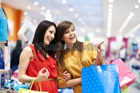 dwie dziewczyny z torby na zakupy