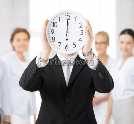 czlowiek z zegarem sciennym