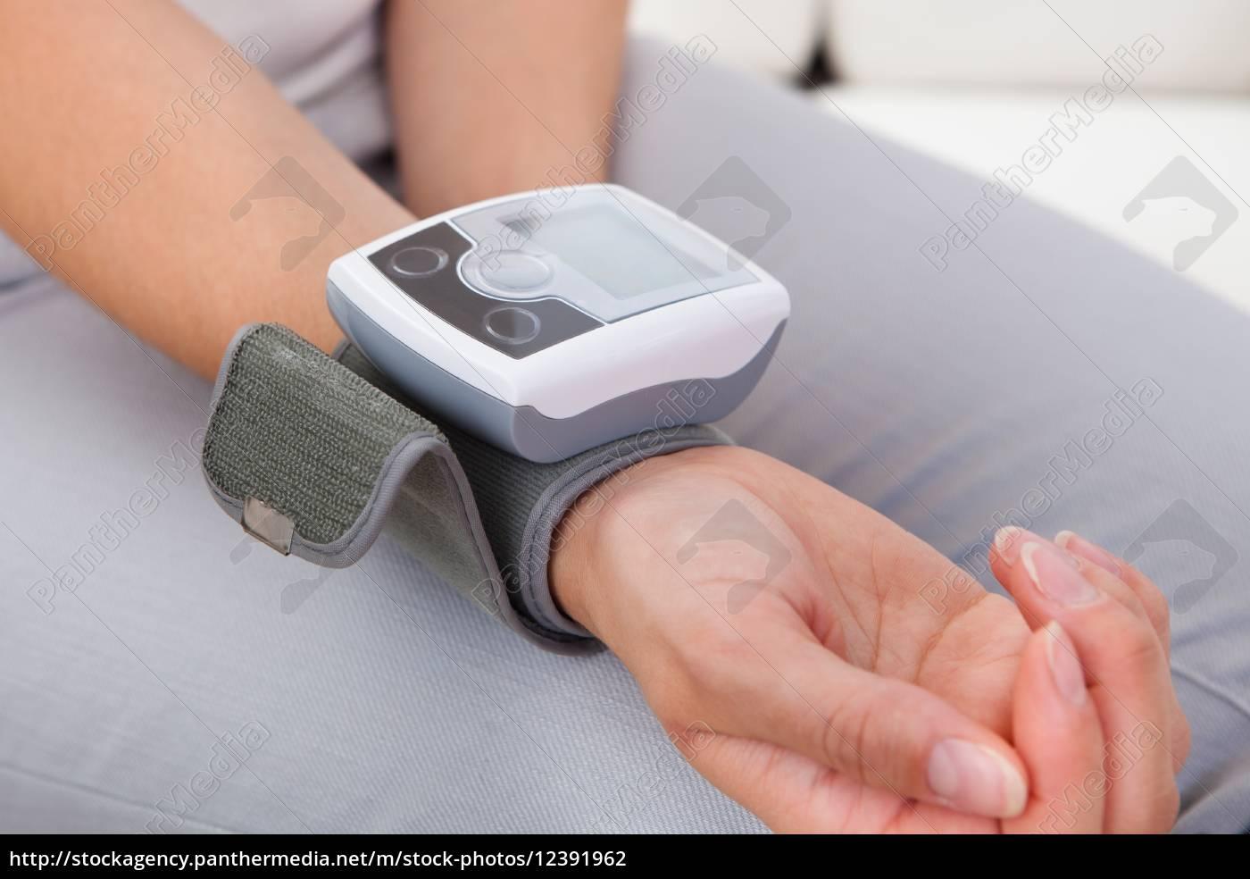 kobieta, mierząc, jej, ciśnienie, krwi - 12391962