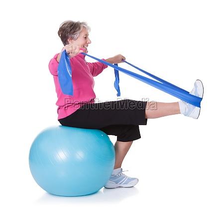 starszy kobieta rozciaganie sprzet do cwiczen