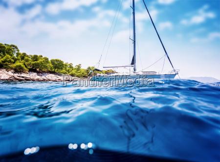 luksusowa zaglowka w poblizu tropikalnej wyspy