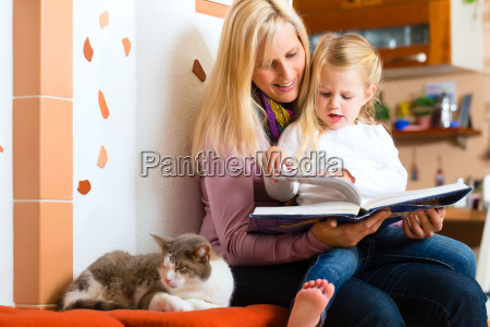 matka czyta bajki na dobranoc zanim