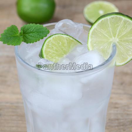 woda lub woda mineralna napoj z