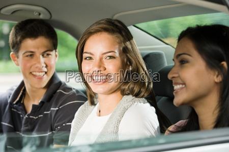 trzej przyjaciele z tylu samochodu
