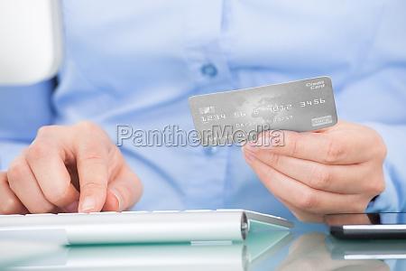 osoba posiadajaca karte kredytowa przy uzyciu