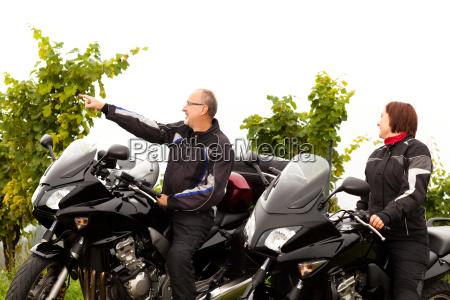dwoch motocyklistow mowic o krajobrazie