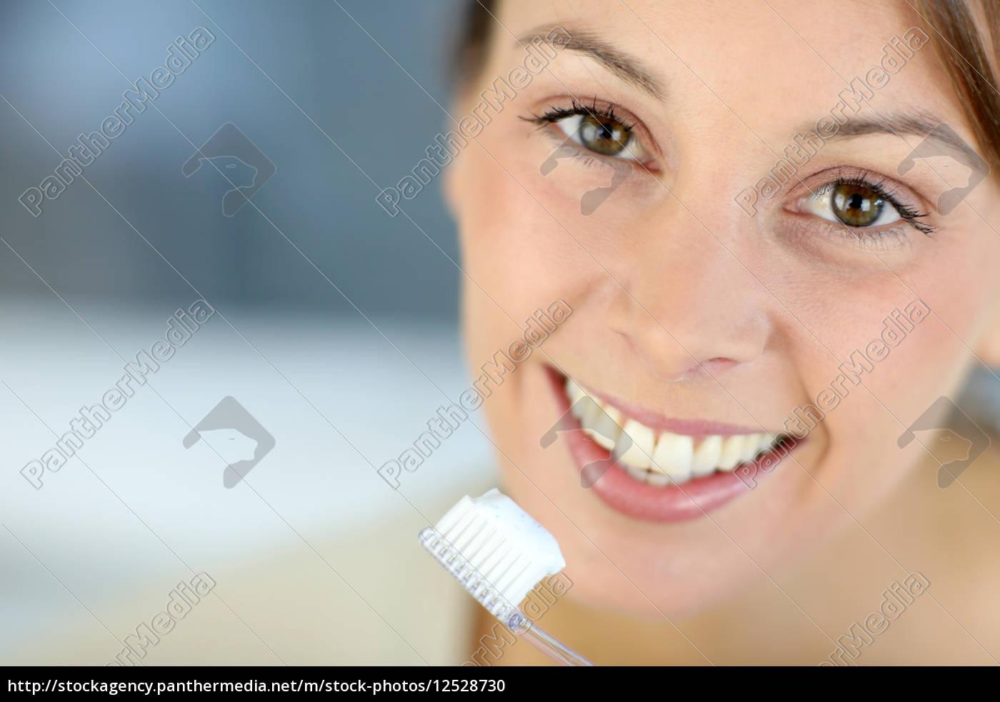 zbliżenie, na, ząbkowy, uśmiech, kobiety, mycie - 12528730