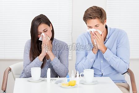 para cierpienie z zimna przy stole