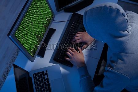 hacker w bluzie z kapturem przy