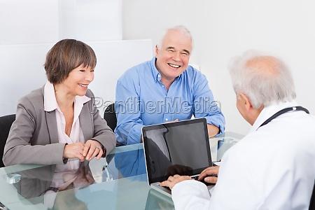 szczesliwa para dyskutuje z samiec lekarka