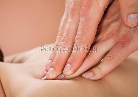 terapeuta masazu kobiet klienta z powrotem