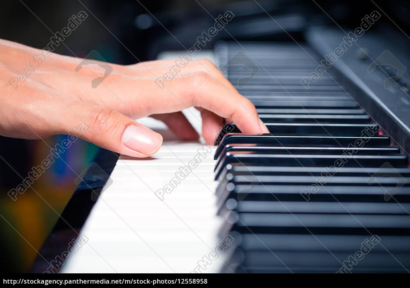 azjatycki, mężczyzna, pianista, gra, na, fortepianie - 12558958