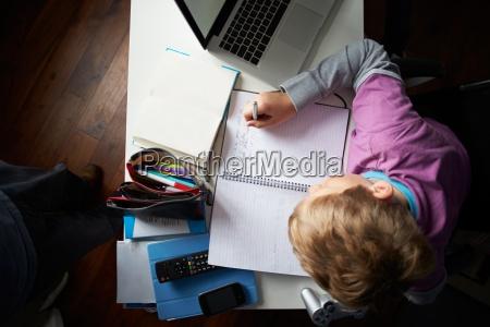 overhead widok chlopca studiowanie w sypialni