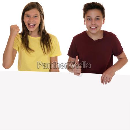 Smiech dzieci z pustym plakat i