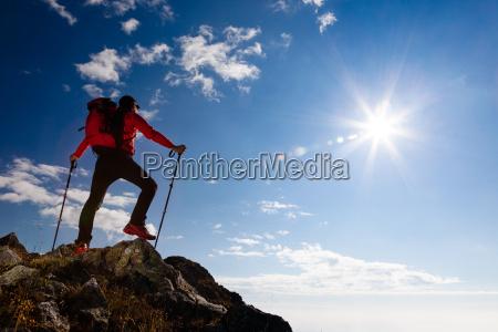 turysta stojacy na szczycie gory