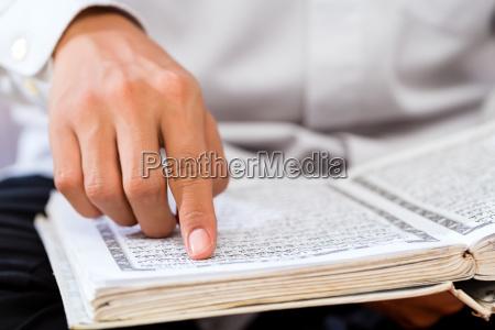 asian muslim czlowiek studiuje koran czy
