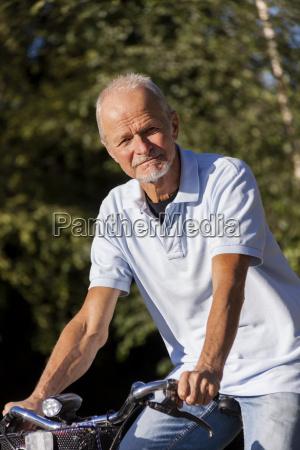 starszy mezczyzna senior na emeryturze podczas