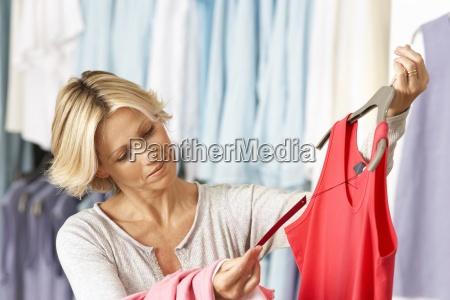 starsza kobieta zakupy w sklepie ubrania