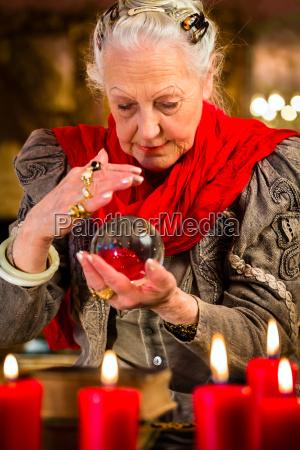 kobieta womane baba przyszlosc ezoteryka bombka