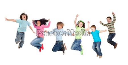 szesc zabawnych skokow dzieci