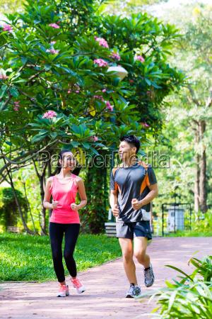 azjatycki chinski mezczyzna i kobieta jogging