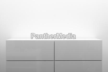 white komoda w jasnym wnetrzu minimalizmu