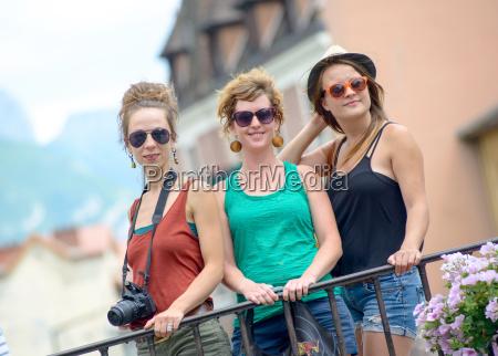 trzy mlode kobiety sprawiaja ze turystyka