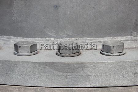 duze sruby mocowane do komina przemyslowego
