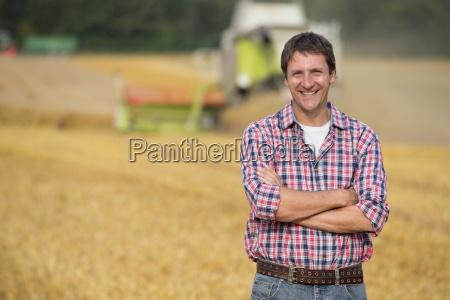 rolnik w boiska owies uprawy zbiera