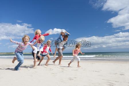 rodzina uruchomiony na slonecznej plazy