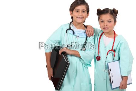 dzieci przebrane za lekarzy