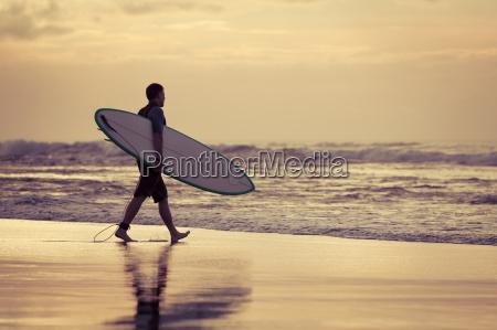 surfer sylwetka podczas zachodu slonca