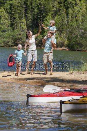 rodzina wysokiej fiving na jeziora