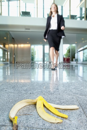 businesswoman zbliza skorki od banana na