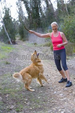 aktywny senior kobieta w rozowy kamizelce