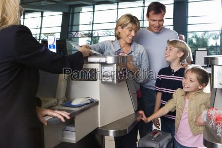 rodzina odprawy na lotnisku odprawy kobieta