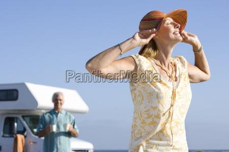starsza kobieta z rak na kapeluszu